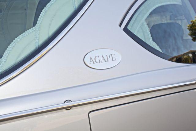 dettaglio di un carro funebre con targhetta laterale Agape