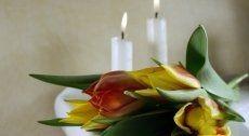 dei fiori e due candele accese