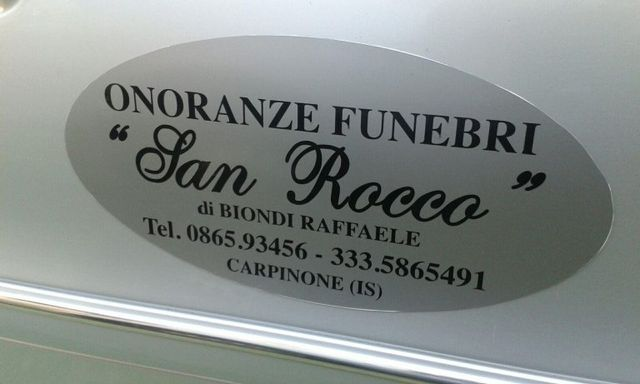 una targa con scritto Onoranze Funebri San Rocco di Biondi Raffaele
