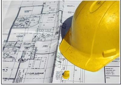 Piani di costruzione con il casco giallo