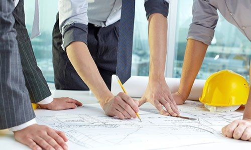 Squadra di architetti persone nel gruppo su documenti del sito construciton