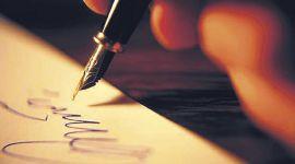 Mano firma i documenti legali con penna calligrafica