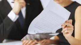 donna legge documenti legali