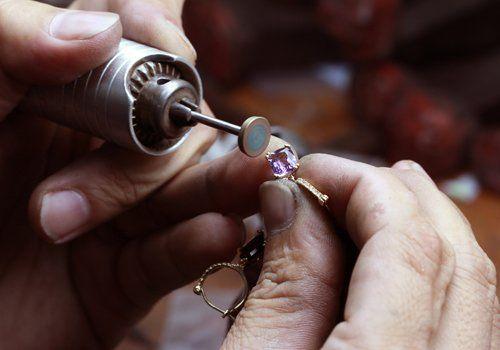 Produzione gioielli al laboratorio orafo
