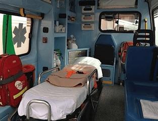 una barella in un ambulanza