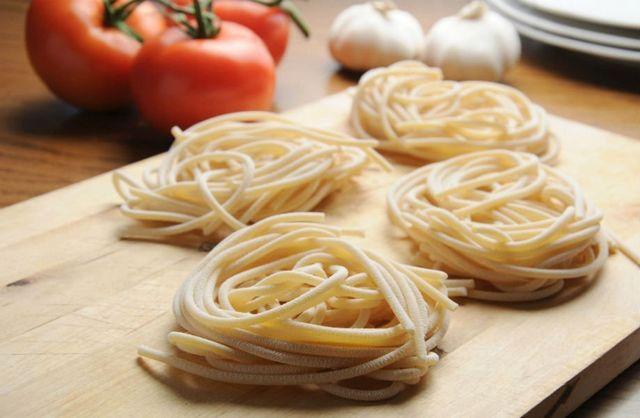 spaghetti arrotolati su un tagliere