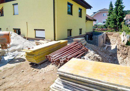 vista di una casa gialla con materiali edili