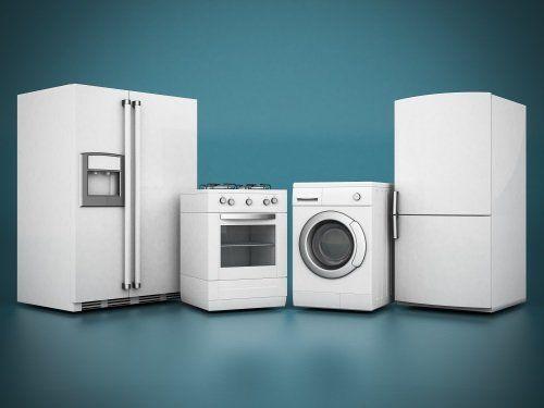 Due frigoriferi, una cucina e una lavatrice