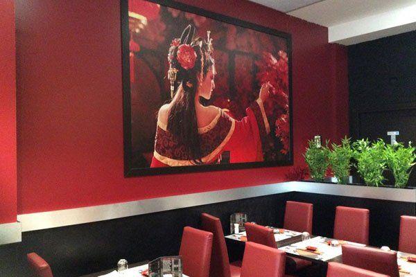 dei tavoli con le sedie di color rosso in un ristorante giapponese