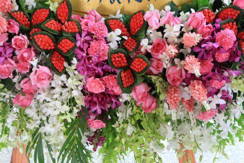 Composizione floreale in toni rosso,rosa e bianco