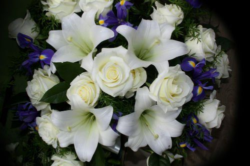 Ramo di rose e gigli bianchi e fiori violetti
