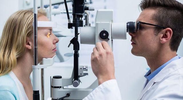 Além de continuar enxergando mal, com os óculos piratas você corre o risco  de piorar sua ... 7411dc28c4