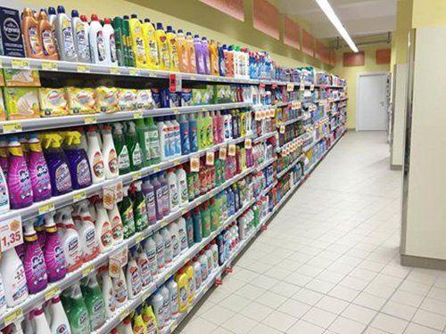 scaffali con prodotti igiene per la casa