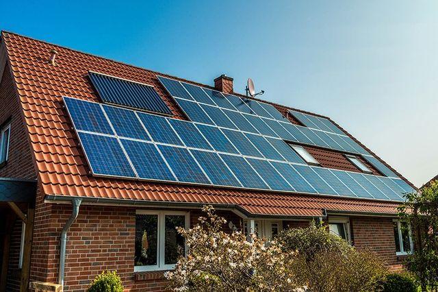 vista di un pannello solare installato su un tetto di una villetta con mattoni a vista