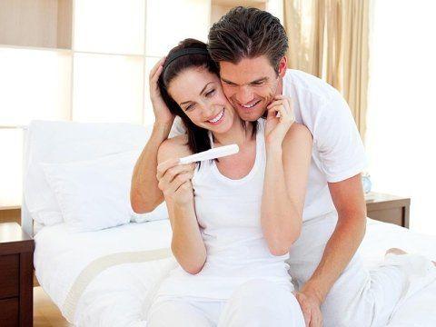 coppia guarda test di gravidanza