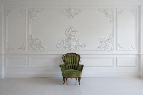 parete decorata e poltrona di fronte