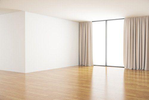 parquet e laminati in una stanza bianca