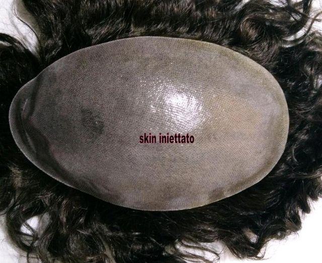 una parrucca e la scritta skin iniettato