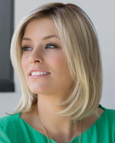 una ragazza con capelli biondi lisci di media lunghezza