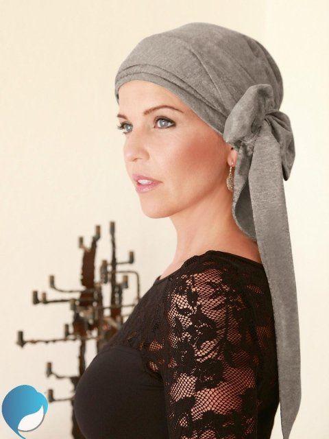 una ragazza con un foulard grigio lungo in testa