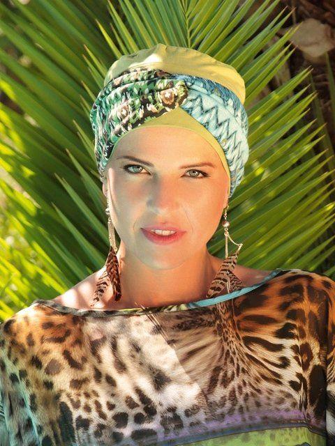 una donna con un foulard leopardato in testa