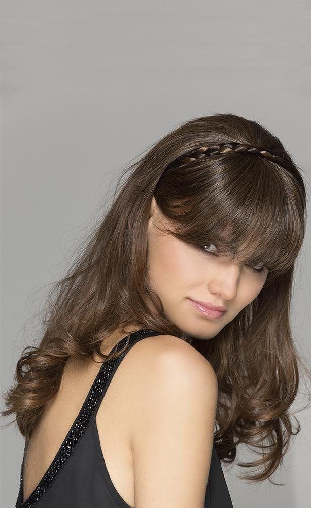 una ragazza con capelli marroni con la frangia e n cerchietto