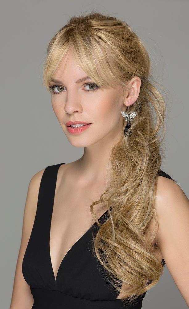 una donna con capelli lunghi biondi