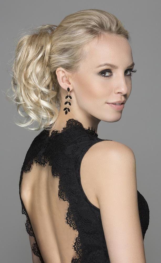 una donna con capelli biondi e la coda