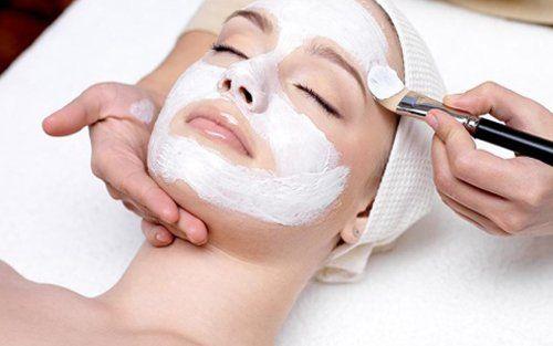 applicazione maschera sul viso di una cliente