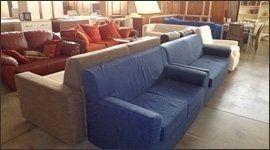 un divano angolare di color nero