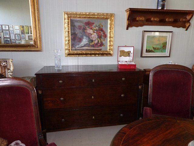 dei divani  di diversi colori e materiali in esposizione