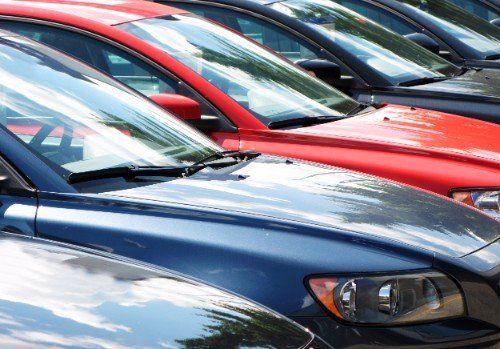 macchine di diverso colore messe in fila