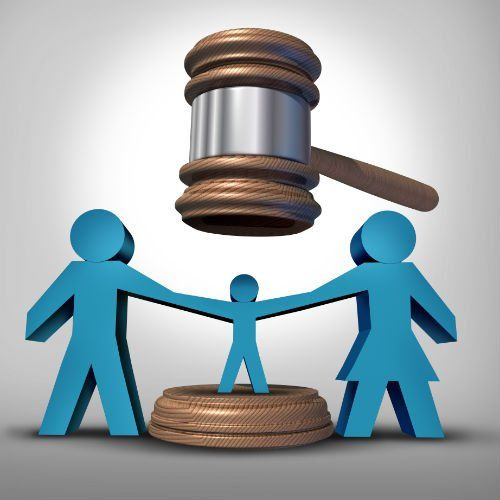 una famiglia di omini blu e sopra un martello di legno da giudice