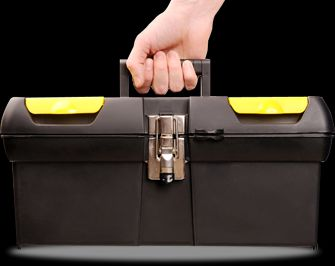 mano che tiene una cassetta degli attezzi