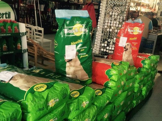 dei sacchi verdi di mangime per cani