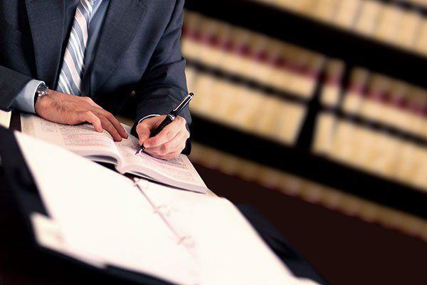 un uomo alla scrivania che scrive