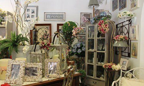 Delle cornici e dei vasi di fiori all'interno di un negozio