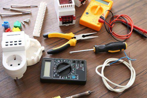 degli attrezzi, un tester e dei cavi