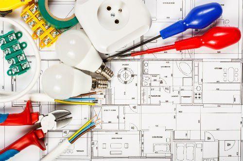 cacciaviti,lampadine, prese elettriche e un disegno di un progetto