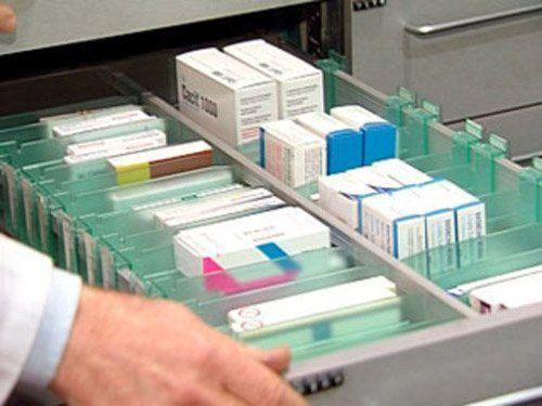 cassetto con scatole di medicine