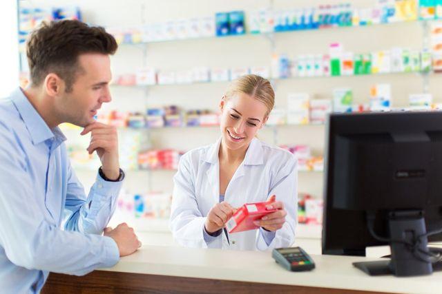 due persone al bancone di una farmacia