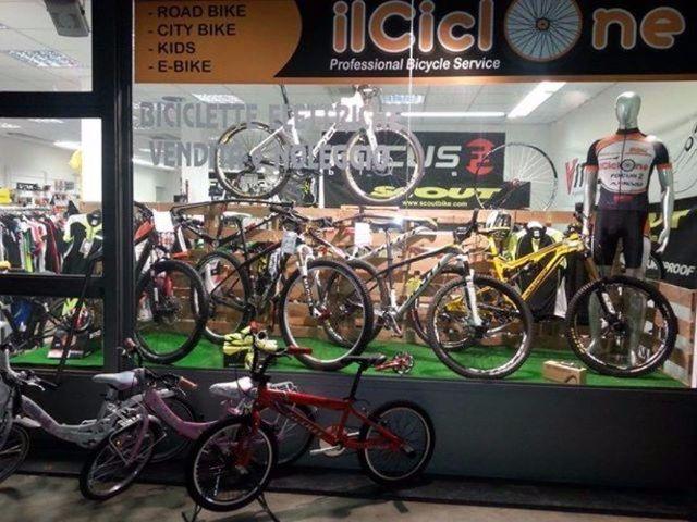 vetrina del negozio con esposizione di bici
