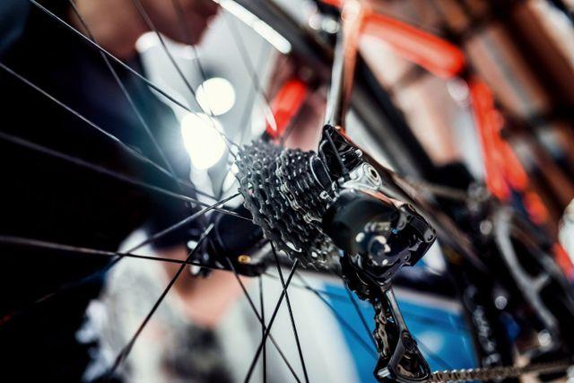 sagoma di uomo ripara bicicletta