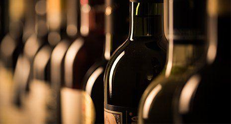 Vista ravvicinata di bottiglie di vino