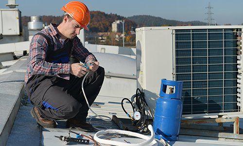Revisionando la unità esterna del sistema di aria condizionata
