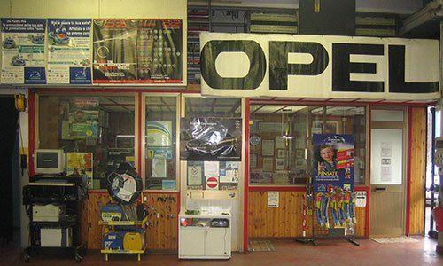 interno della carrozzeria e vista dell'ufficio con vetrate, rifiniture in legno e un computer per test diagnostici delle macchine a Recoaro Terme, VI