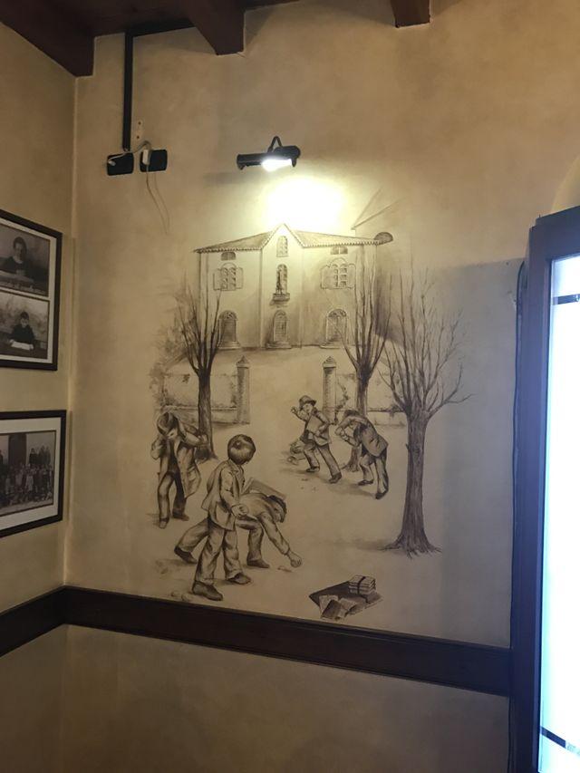 un muro con dei disegni sopra
