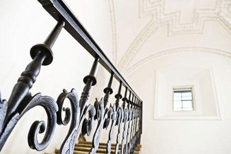 vista di un corrimano in ferro battuto nero di una scala