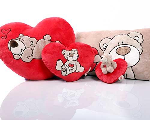 dei cuscini a forma di cuore con dei ricami di animali
