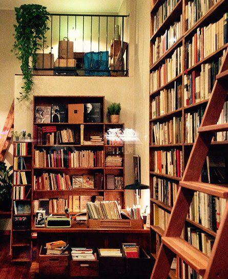 Vista dei libri all'interno di una libreria